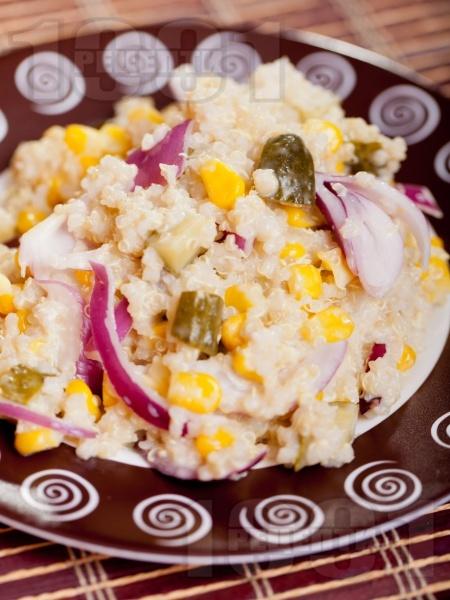 Салата с киноа, кисели краставички, царевица и червен лук - снимка на рецептата